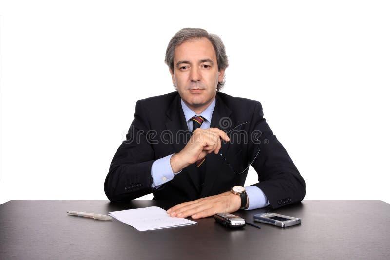 Zakenman die bij zijn bureau werkt royalty-vrije stock afbeeldingen