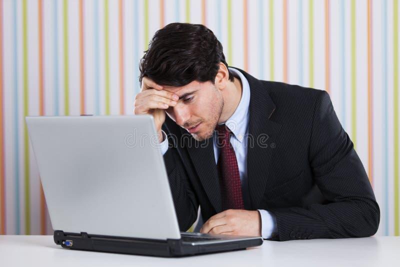 Zakenman die bij zijn laptop werkt stock afbeeldingen