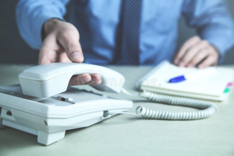 Zakenman die binnen bureautelefoon roepen Contactconcept stock foto's