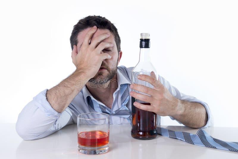Zakenman die blauw die overhemd dragen bij bureau op witte achtergrond wordt gedronken royalty-vrije stock foto