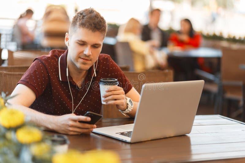 Zakenman die blogger aan laptop in de zomerkoffie werken stock fotografie