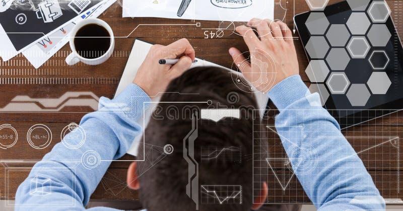 Zakenman die in boek door tabletpc en koffiekop schrijven stock afbeelding