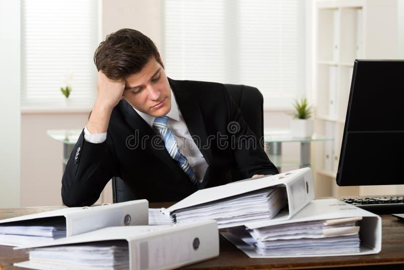 Zakenman die in bureau werkt royalty-vrije stock foto