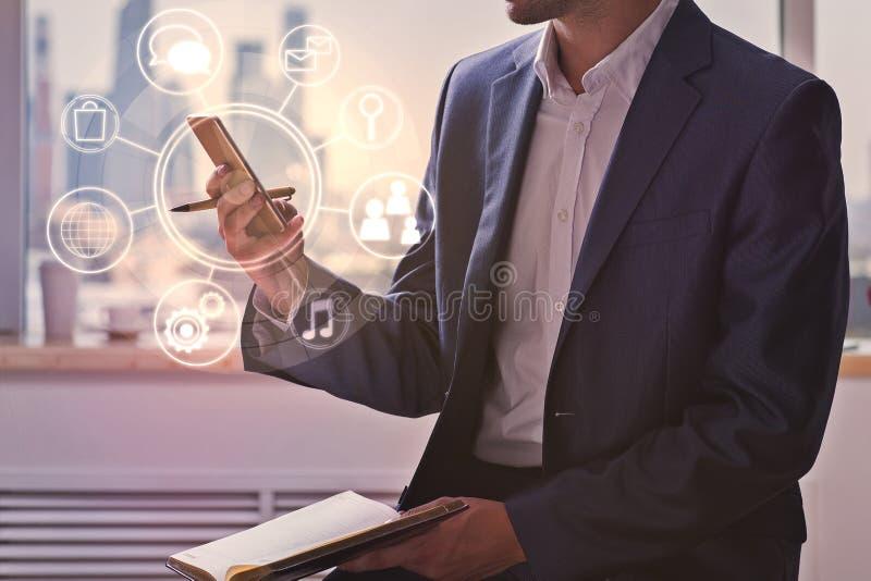Zakenman die cellphone met bedrijfsdiagram gebruiken stock afbeelding