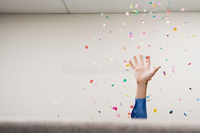 Zakenman die confettien in de lucht werpen royalty-vrije stock foto's