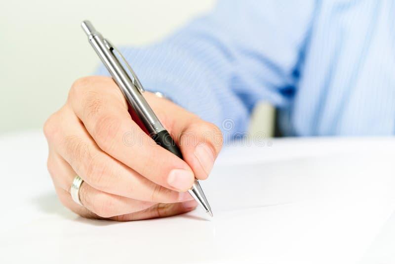 Zakenman die contract ondertekenen stock foto