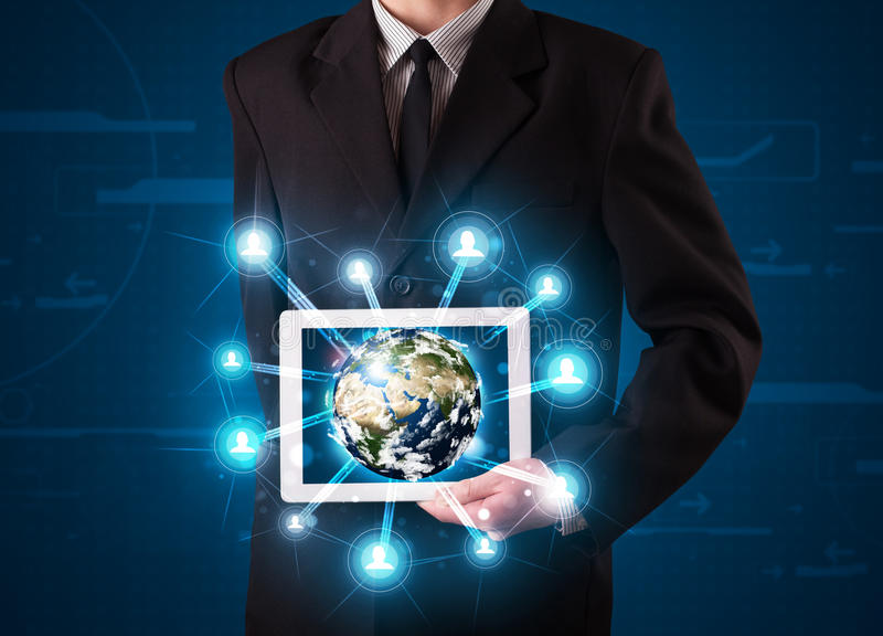 Zakenman die 3d aardebol in tablet voorstelt royalty-vrije stock foto