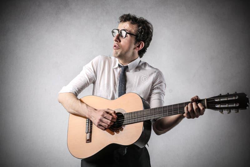 Zakenman die de gitaar spelen royalty-vrije stock fotografie