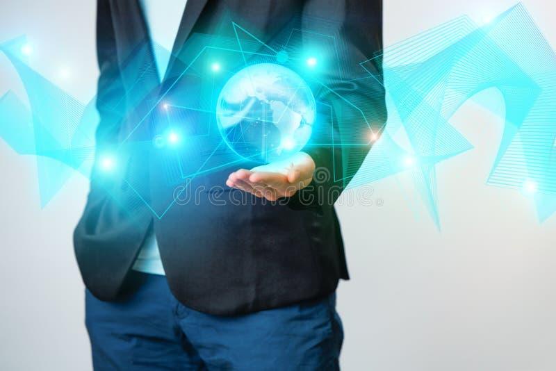 Zakenman die de gloeiende hologram digitale bol houden Concepr van zaken en innovatie royalty-vrije stock fotografie