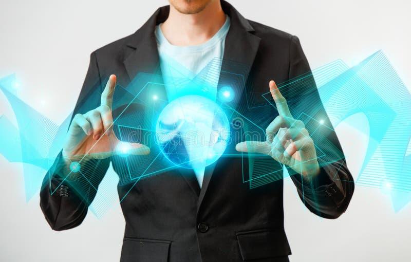 Zakenman die de gloeiende hologram digitale bol houden Concepr van zaken en innovatie royalty-vrije stock afbeeldingen