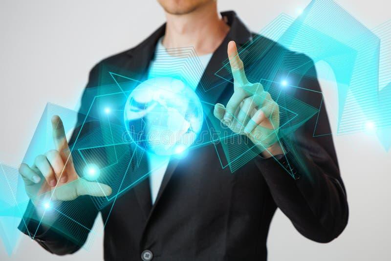 Zakenman die de gloeiende hologram digitale bol houden Concepr van zaken en innovatie royalty-vrije stock foto