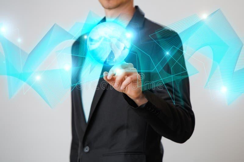 Zakenman die de gloeiende hologram digitale bol houden Concepr van zaken en innovatie stock foto