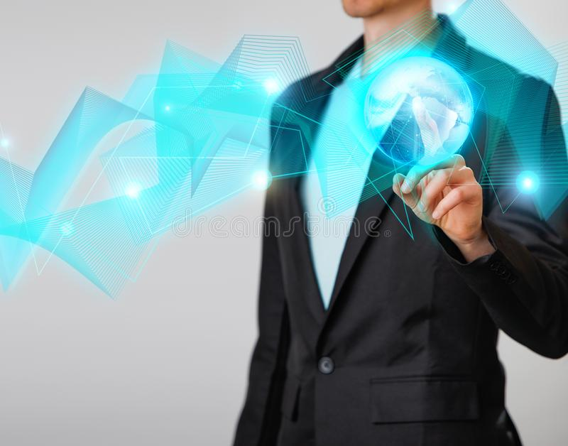 Zakenman die de gloeiende hologram digitale bol houden Concepr van zaken en innovatie stock foto's