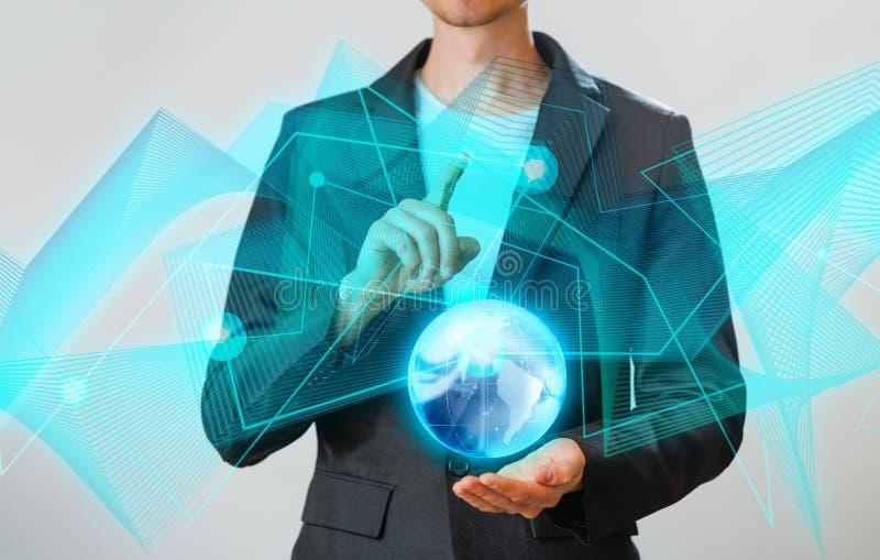 Zakenman die de gloeiende hologram digitale bol houden Concepr van zaken en innovatie royalty-vrije stock afbeelding