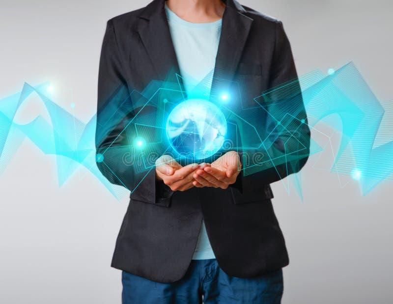 Zakenman die de gloeiende hologram digitale bol houden Concepr van zaken en innovatie stock fotografie