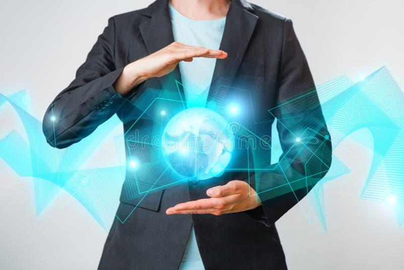 Zakenman die de gloeiende hologram digitale bol houden Concepr van zaken en innovatie stock afbeeldingen