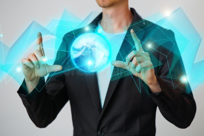Zakenman die de gloeiende hologram digitale bol houden Concepr van zaken en innovatie royalty-vrije stock foto's