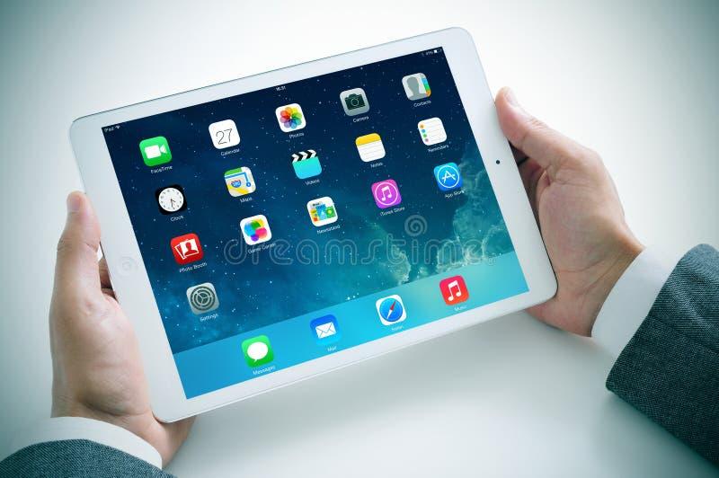 Zakenman die de nieuwe iPadlucht gebruiken stock foto
