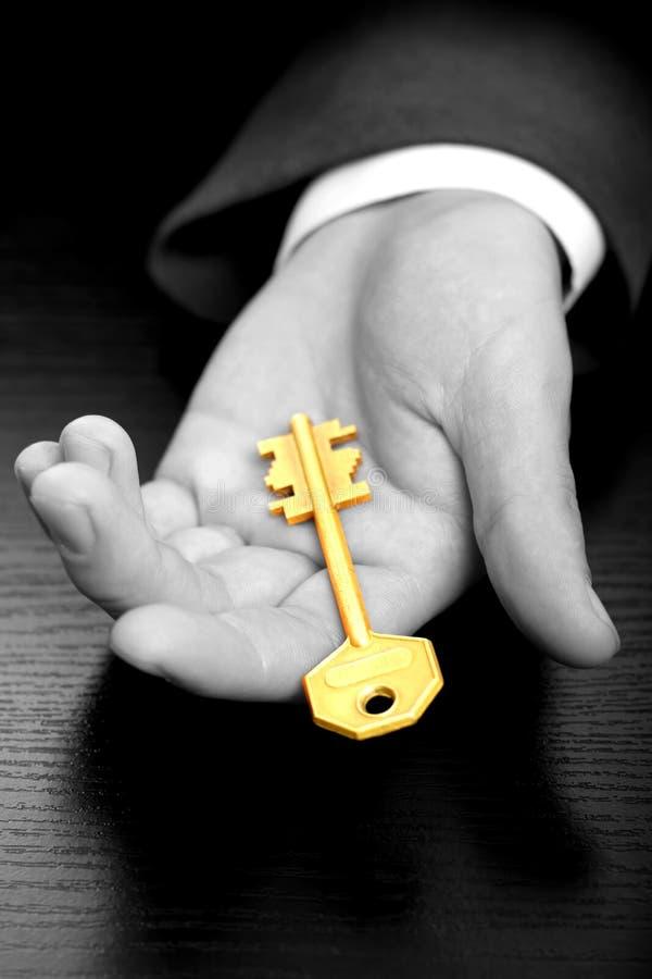 Zakenman die de sleutel houdt royalty-vrije stock afbeeldingen