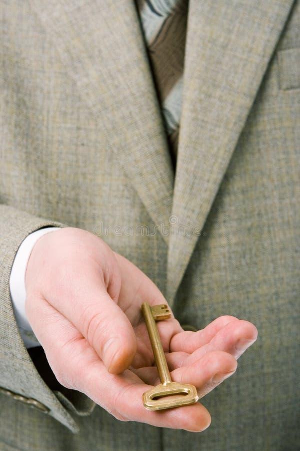 Zakenman die de sleutel houdt aan succes royalty-vrije stock afbeelding