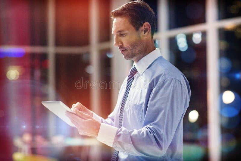 Zakenman die digitale tablet gebruikt royalty-vrije stock afbeelding