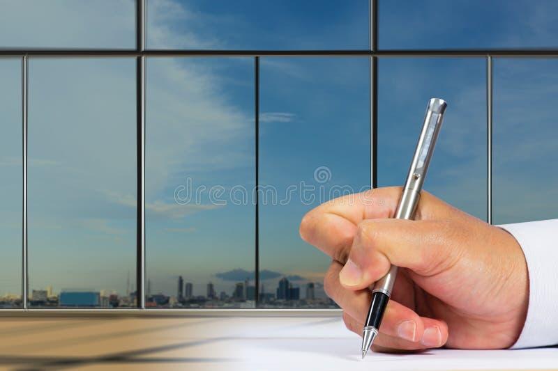 Download Zakenman Die Document Ondertekenen Stock Foto - Afbeelding bestaande uit overeenkomst, brief: 39118094