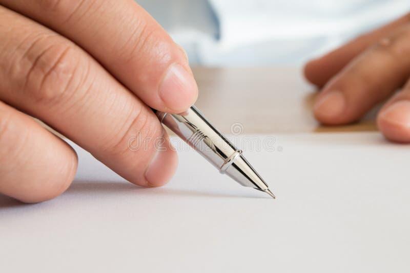 Zakenman die documenten ondertekent stock foto's