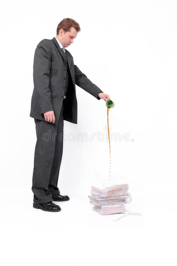 Zakenman die documenten vernietigt stock fotografie
