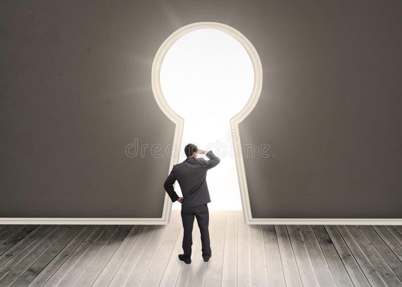 Zakenman die door een deur van de sleutelgatvorm kijken stock illustratie