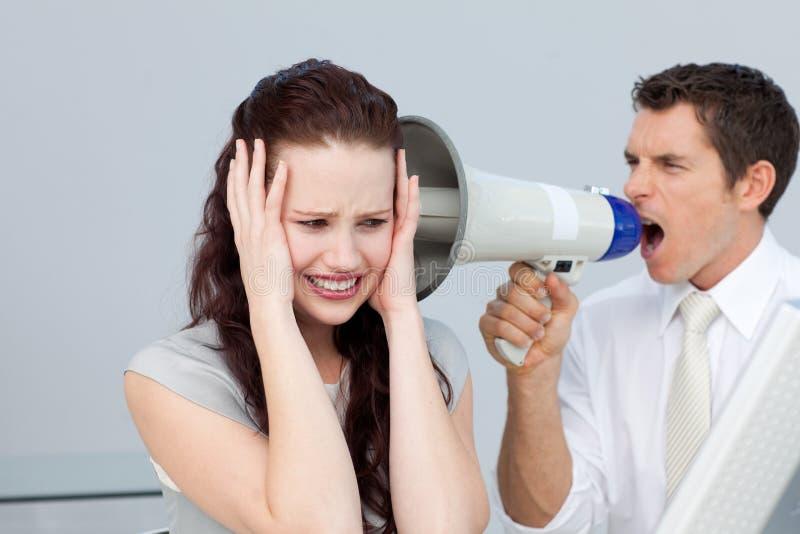 Zakenman die door een megafoon schreeuwt royalty-vrije stock afbeeldingen