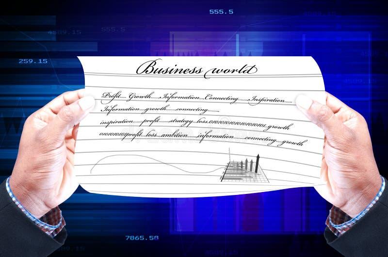 Zakenman die een aanplakbiljet met grafiek van winsten houden stock foto's