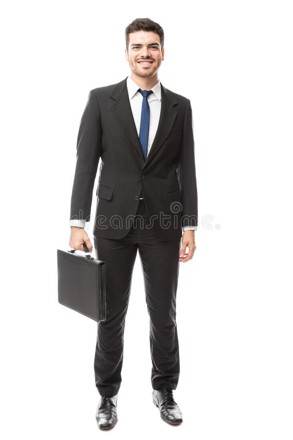 Zakenman die een aktentas draagt stock afbeelding
