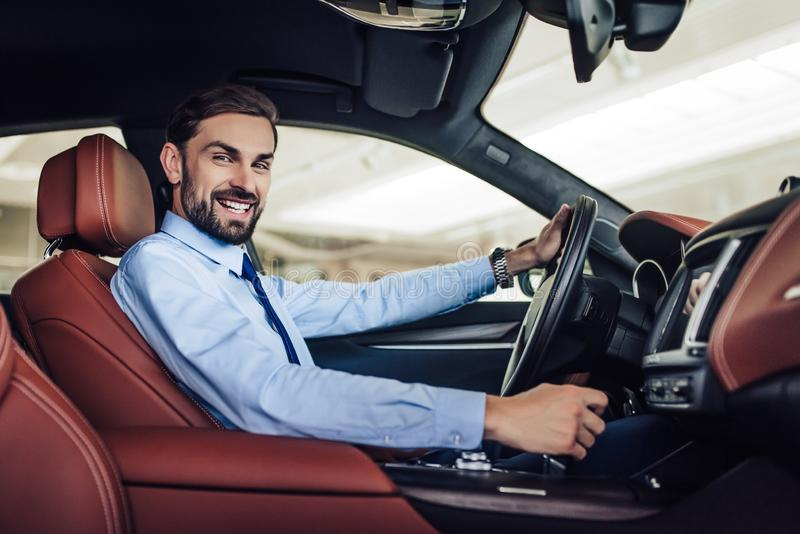 Zakenman die een auto drijven royalty-vrije stock afbeeldingen