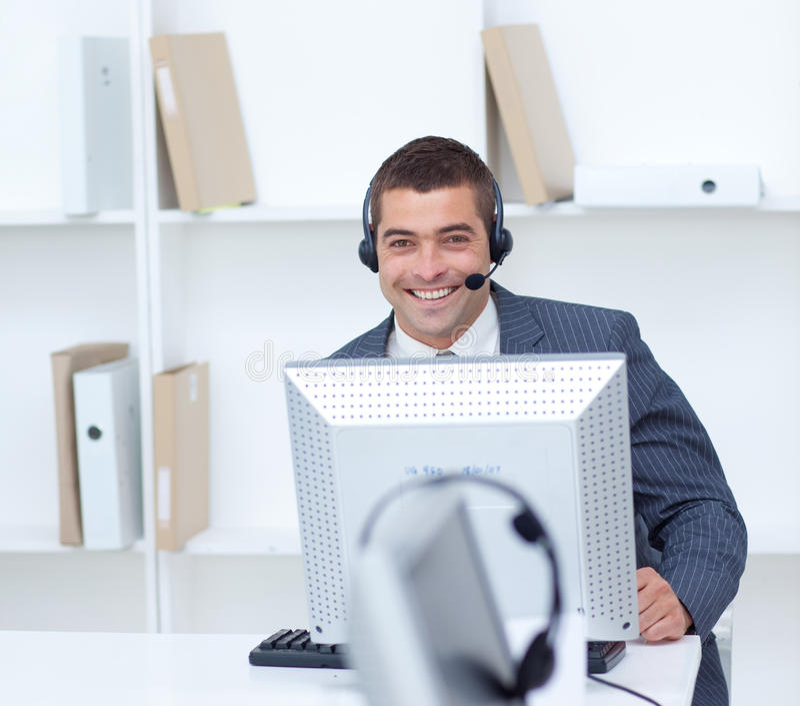 Zakenman die in een call centre werkt stock afbeeldingen