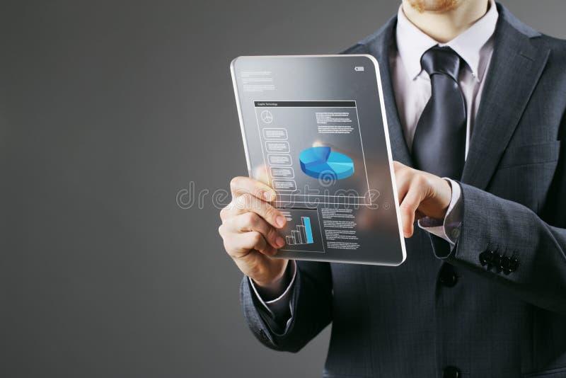 Zakenman die een digitale tablet gebruikt royalty-vrije stock afbeelding