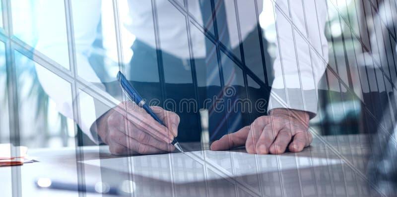 Zakenman die een document, dubbele blootstelling, lichteffect ondertekenen stock fotografie