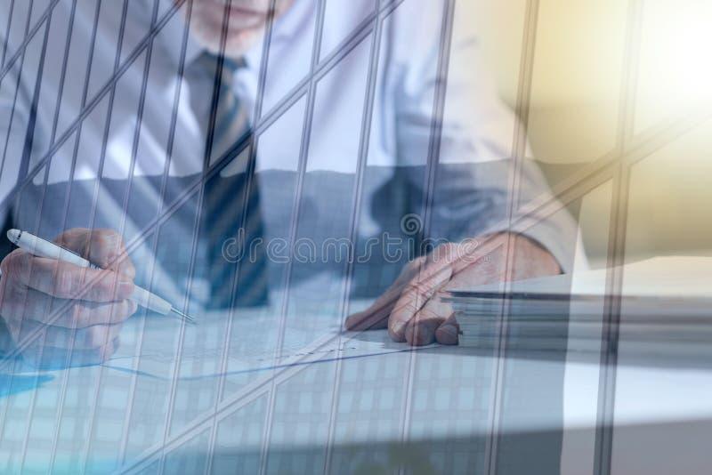 Zakenman die een document, lichteffect, dubbele blootstelling controleren stock afbeeldingen