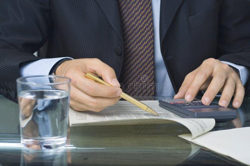Zakenman die in een document schrijft royalty-vrije stock afbeeldingen
