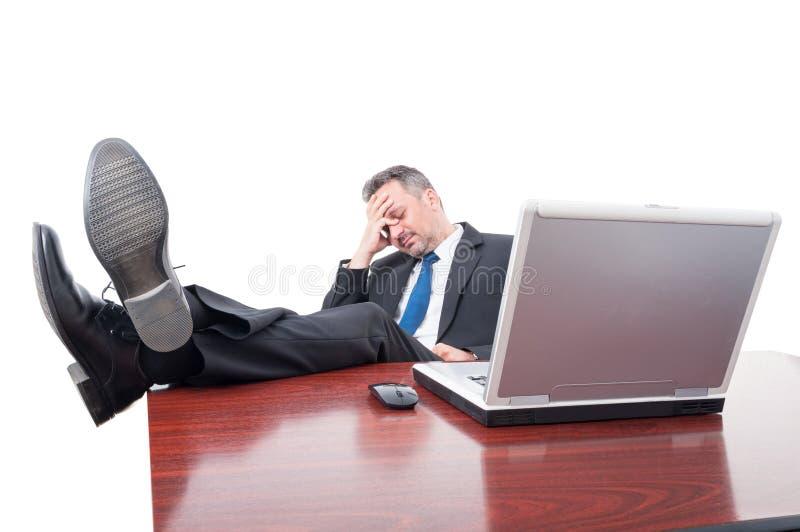 Zakenman die een dutje met zijn omhoog voeten nemen stock fotografie