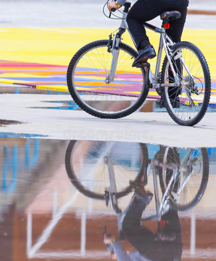 Zakenman die een fiets berijden om door ecovervoer te werken royalty-vrije stock afbeeldingen
