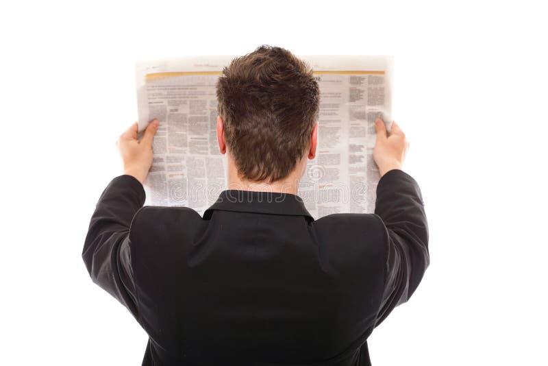 Zakenman die een geïsoleerde krant lezen royalty-vrije stock afbeelding