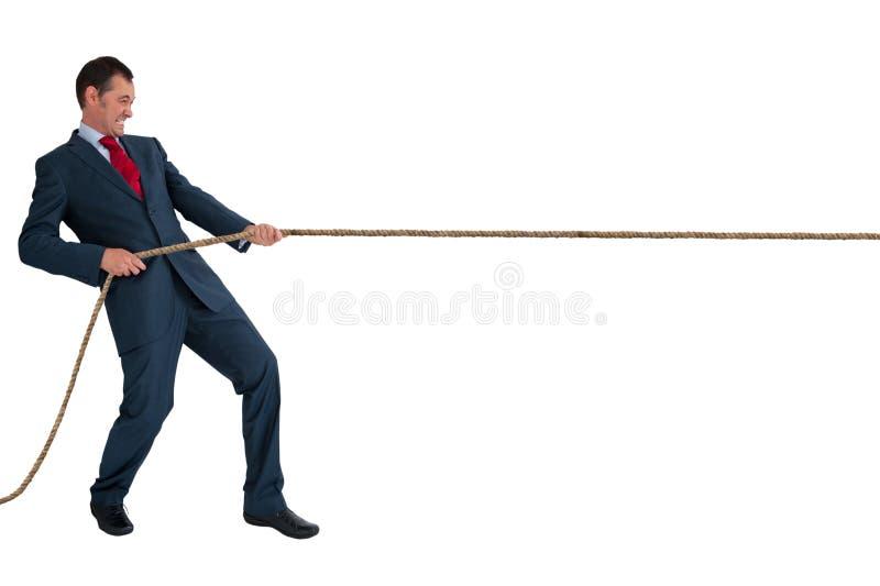 Zakenman die een kabel trekt stock foto