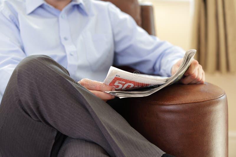 Het lezen van een krant stock fotografie