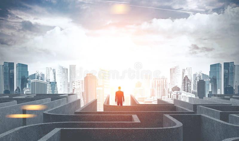 Zakenman die een labyrint verlaten gaand naar stad, dageraad stock afbeeldingen