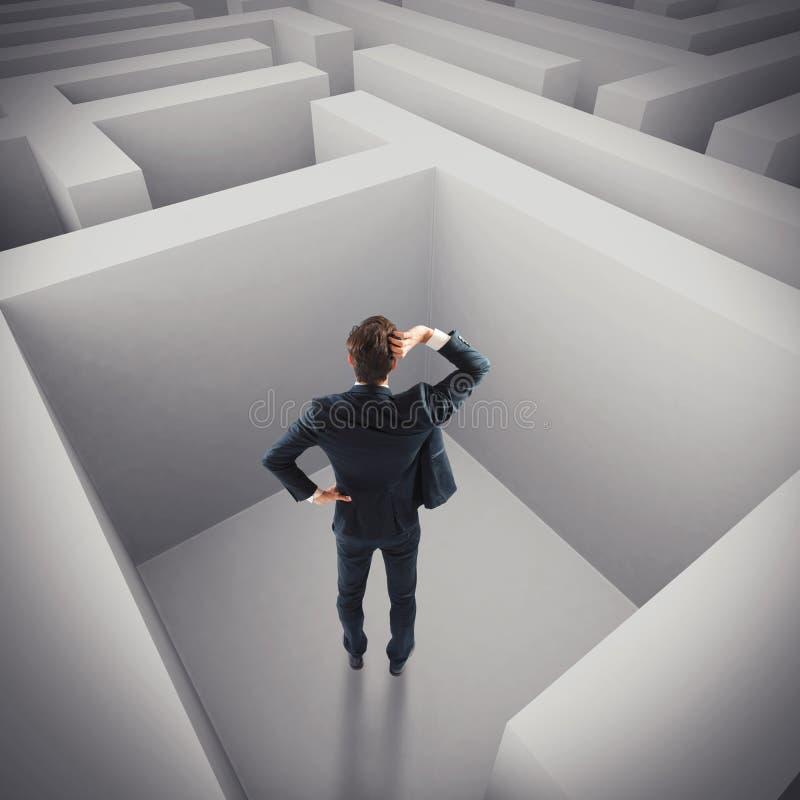 Zakenman die in een labyrint wordt verloren royalty-vrije stock foto's