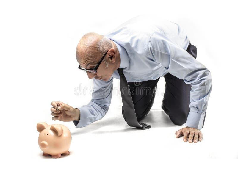 Zakenman die een muntstuk houden stock foto's