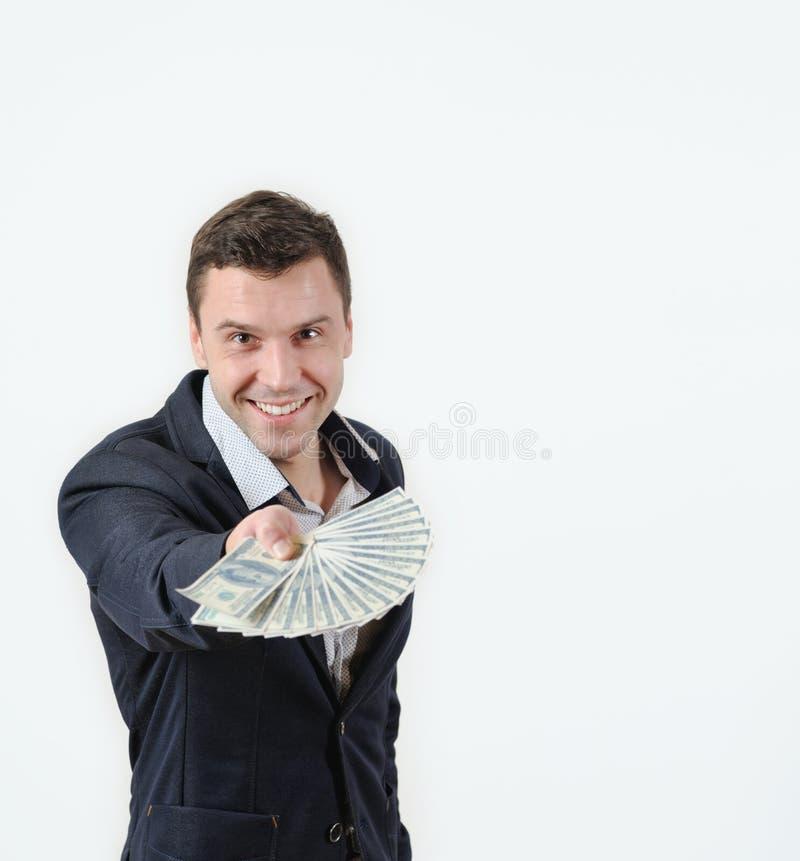 Zakenman die een pakje van geld in studio op een witte achtergrond aanbieden royalty-vrije stock foto