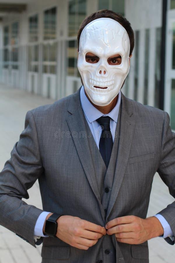 Zakenman die een skeletmasker dragen royalty-vrije stock afbeelding