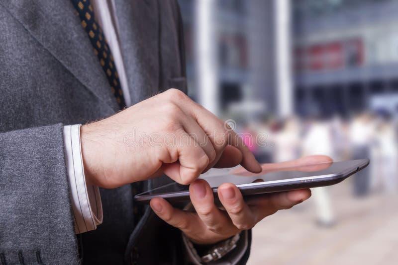 Zakenman die een tablet gebruiken royalty-vrije stock afbeelding