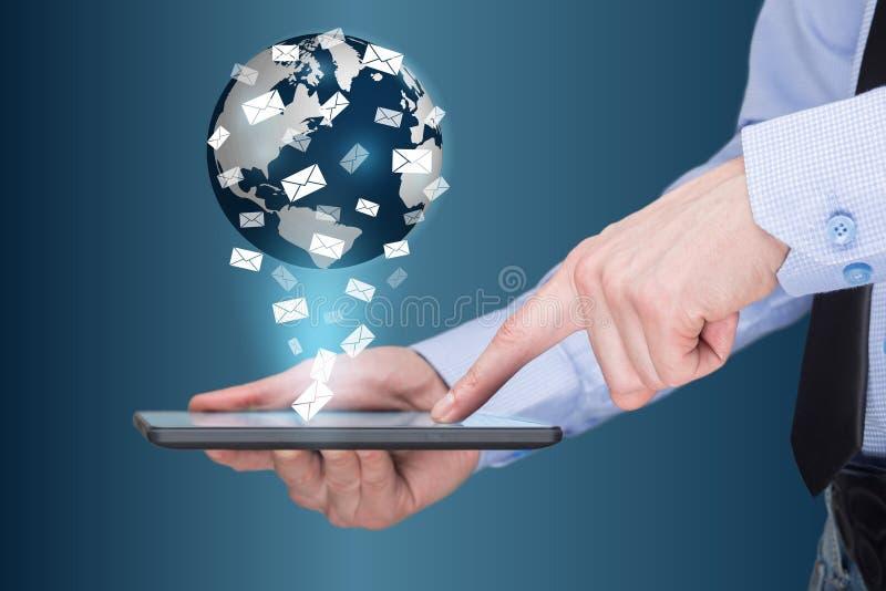 Zakenman die een tabletpc met mobiele toepassingenpictogrammen houden op het virtuele scherm Het bedrijfsconcept van Internet en stock foto